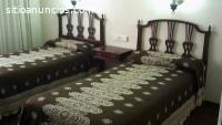 Dormitorio de dos camas color caoba