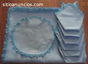 Mantel azul y servilletas rematados