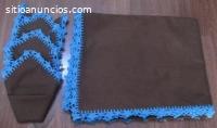 Mantel marron y servilletas para mesa