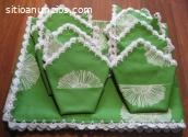 Mantel verde con flores blancas rematado
