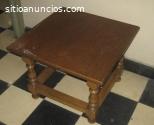 Mesa cuadrada de madera color nogal