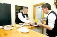 Urgen camareros,cocineros en restaurante