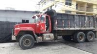 Se vende camión Mack rojo 26,000.00 tel
